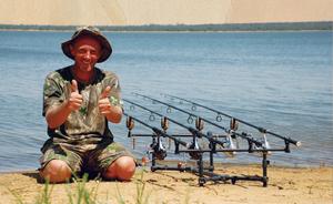 Карповая рыбалка возможна как с берега, так и с лодки.