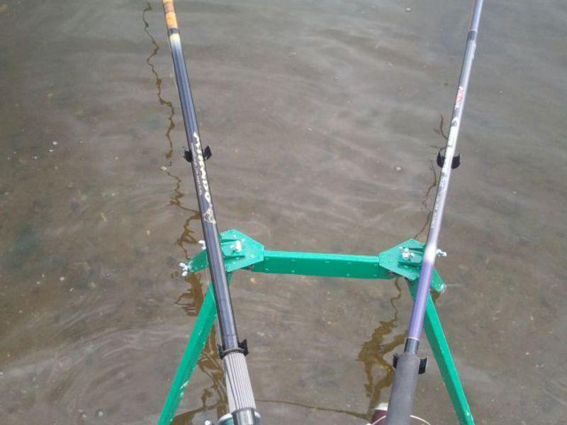 Донки можно устанавливать на специальную подставку, которая продается в магазинах для рыбаков.