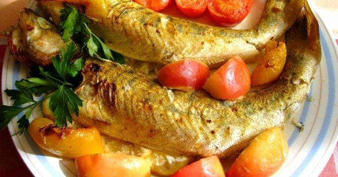 Блюдо из судака, яблок и помидоров черри