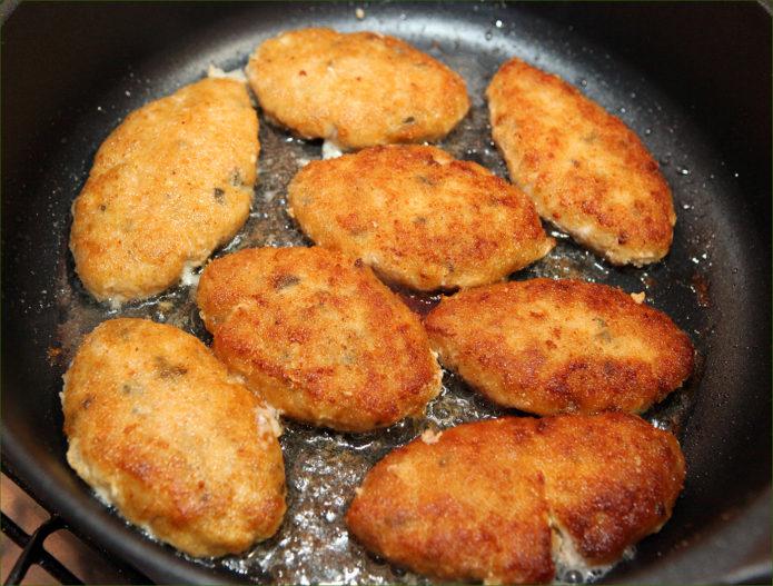 Котлеты из красной рыбы на сковородке